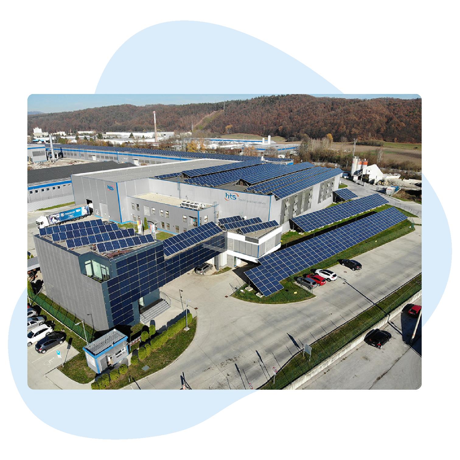 Sídlo firmy HTEnergy s.r.o. v HMC Technologickom Parku Vlkanová medzi Banskou Bystricou a Zvolenom. Budova je pokrytá solárnymi panelmi. Na strechách hál a budov sú solárne panely.